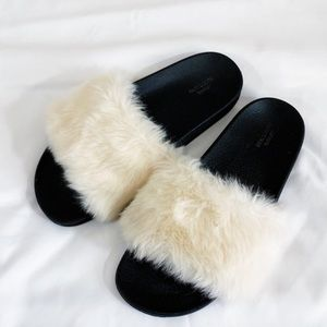 URBAN OUTFITTERS 🖤 FAUX FUR SLIDES